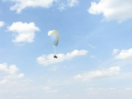 Hans-Jürgen mit Anette in der Luft
